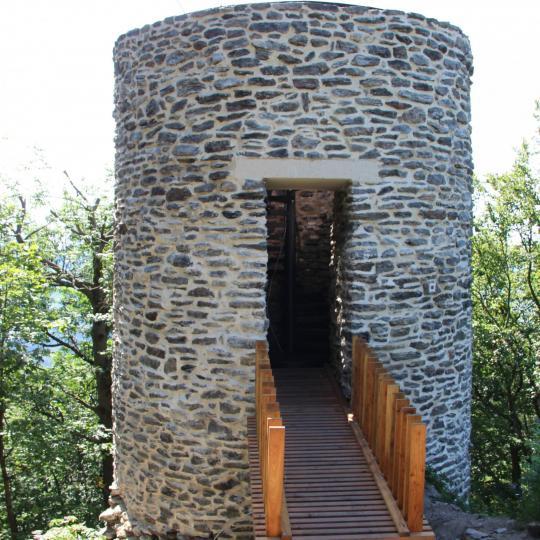 Opravená hradní věž Starého Herštejna